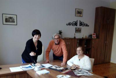 od prawej dyrektor Oktawia Gorzeńska, pan Arkadiusz Brzęczek i pani Irena Rusinek